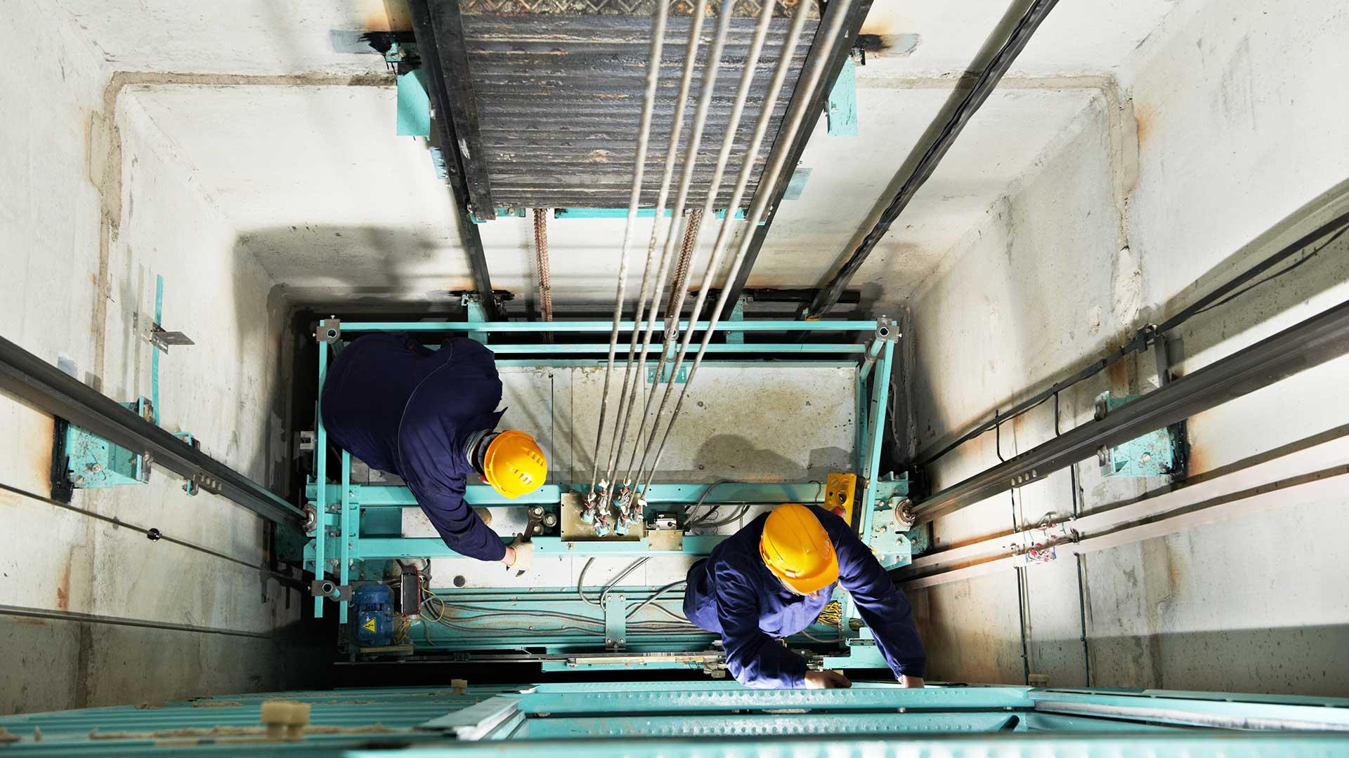 Aufzugstechniker